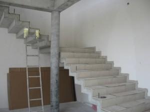 Do budowy schodów zastosowano sklejkę foliowaną (szalunkową).